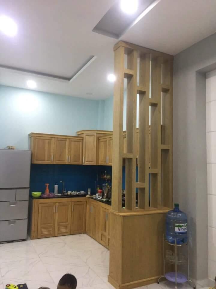 tủ bếp gỗ sồi tự nhiên kết hợp cùng lam gỗ trang trí cho nhà phố